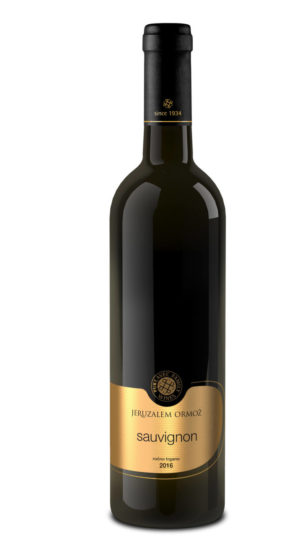 Láhev bílého vína Sauvignon nejvyšší řady slovinského vinařství Puklavec Family Wines se zlatou etiketou